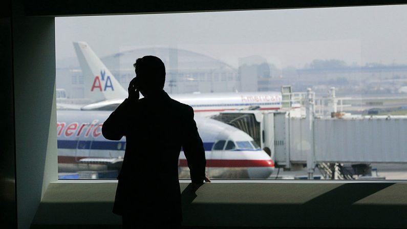 n hombre habla por teléfono celular en la terminal de American Airlines en el Aeropuerto Internacional John F. Kennedy en un aimagen de archivo del 27 de julio de 2005 en la ciudad de Nueva York.  (Chris Hondros/Getty Images)