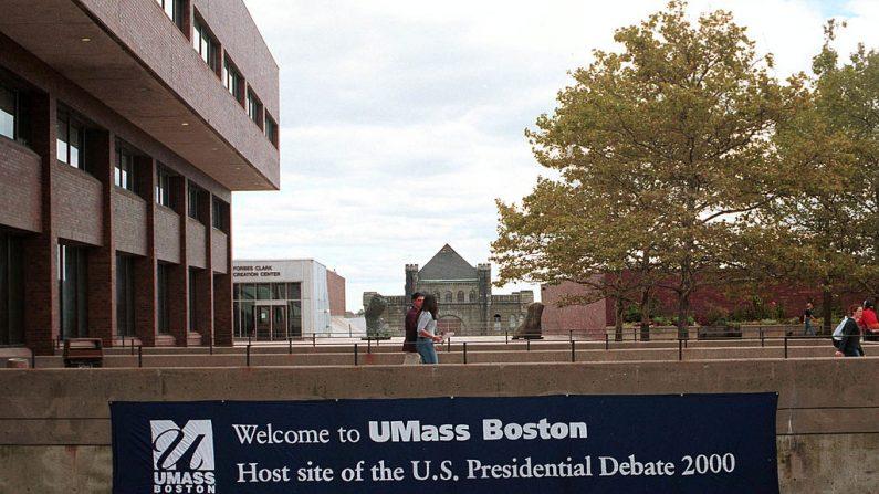 Los estudiantes pasan junto a una pancarta, el 22 de septiembre del 2000, promoviendo el primer debate presidencial que se celebrará en la Universidad de Massachusetts Boston, en Boston, Massachusetts. (Darren McCollester/Newsmakers)