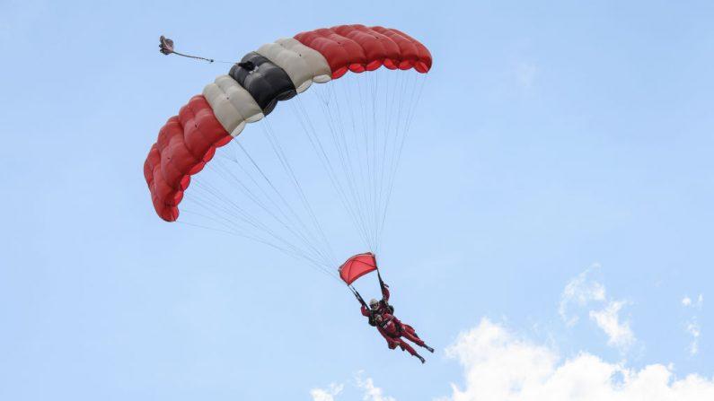 Muere a los 110 años en Brasil la mujer más anciana en saltar en paracaídas. (Foto ilustrativa de Leon Neal/Getty Images)