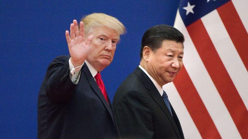El presidente Donald Trump (Izq.) y el líder chino Xi Jinping dejan un evento de líderes empresariales en el Gran Salón del Pueblo en Beijing, el 9 de noviembre de 2017. (Nicolas Asfouri / AFP / Getty Images)