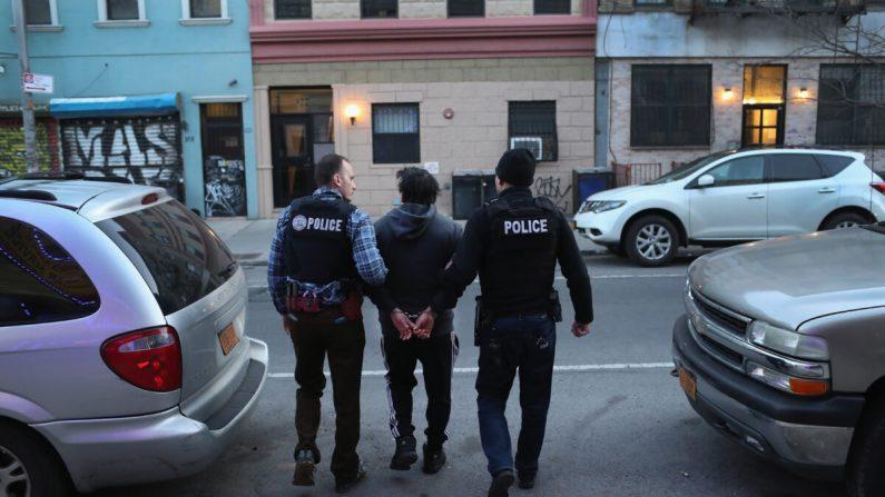 Oficiales de Inmigración y Control de Aduanas (ICE) arrestan a un inmigrante mexicano indocumentado durante una redada en el vecindario Bushwick de Brooklyn el 11 de abril de 2018. (John Moore/Getty Images)