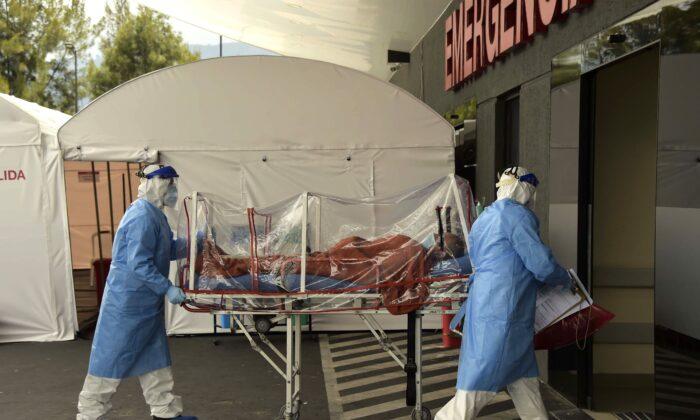 Un paciente que dio positivo al nuevo coronavirus es llevado en camilla a la sala de emergencias del Hospital IESS Sur en Quito, Ecuador, el 18 de abril de 2020. (RODRIGO BUENDIA/AFP vía Getty Images)