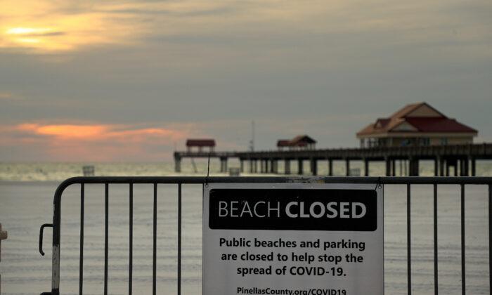 La playa Clearwater permanece cerrada en Clearwater, Florida el 22 de abril de 2020. (Mike Ehrmann/Getty Images)