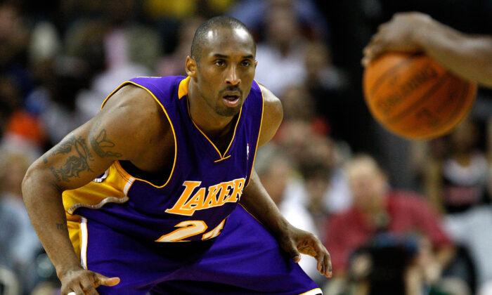 Kobe Bryant de los Lakers de Los Ángeles juega un partido contra los Charlotte Bobcats el 31 de marzo de 2009, en Charlotte, Carolina del Norte. (Streeter Lecka/Getty Images)