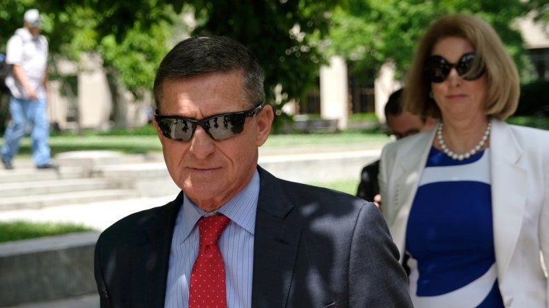 El exasesor de seguridad nacional del presidente Donald Trump, Michael Flynn, abandona el Palacio de Justicia de los Estados Unidos en Washington el 24 de junio de 2019. (Alex Wroblewski/Getty Images)