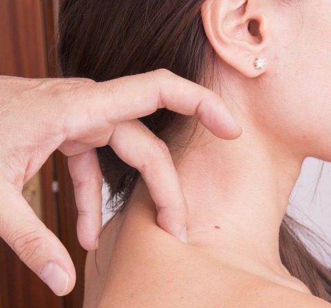 Generalmente los dolores comienzan en la parte superior de la espalda. (Milius/pixabay)