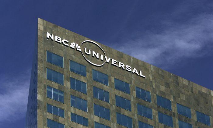 El logo de NBC Universal en su sede en Los Ángeles, California, en una imagen de archivo del 6 de febrero de 2007. (David McNew/Getty Images)