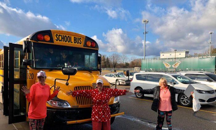 """Pattie Guck (Centro) y su """"dream team"""" han estado proporcionando más de 1000 comidas diarias a los estudiantes de la comunidad. Cortesía de Pattie Guck/Chartwells K12 de las escuelas públicas de Birmingham)"""