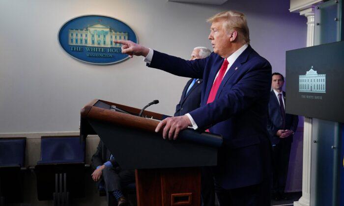 El presidente Donald Trump en la sesión informativa diaria sobre el virus del PCCh, el nuevo coronavirus, en la sala de información de Brady en la Casa Blanca el 6 de abril de 2020. (Mandel Ngan / AFP a través de Getty Images)