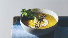Sopa de lentejas rojas con cúrcuma, yogurt Masala, semillas tostadas y cilantro