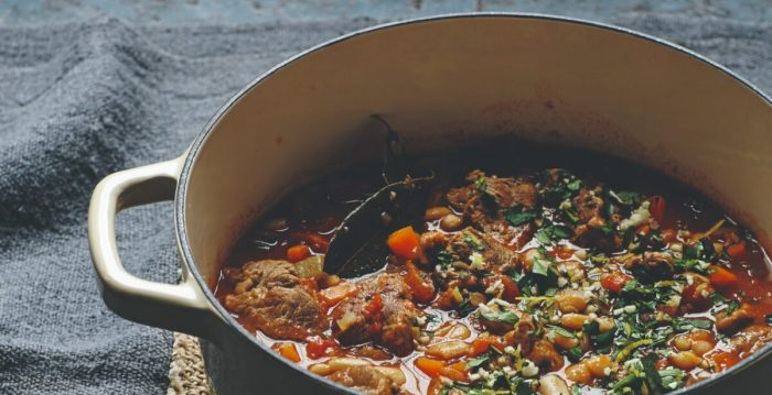 Cordero cocinado a fuego lento con frijoles cannellini, tomates y romero