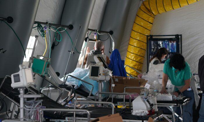 Los suministros médicos y las camas se ven dentro de una tienda de campaña mientras los voluntarios establecen un Hospital de Campo de Emergencia en Central Park el 30 de marzo de 2020. (Bryan R. Smith / AFP vía Getty Images)