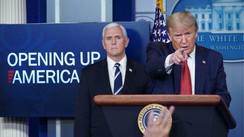 El presidente Donald Trump responde a las preguntas de los periodistas durante la sesión informativa diaria sobre el virus del PCCh en la Sala de Información Brady de la Casa Blanca en Washington el 16 de abril de 2020. (MANDEL NGAN/AFP a través de Getty Images)