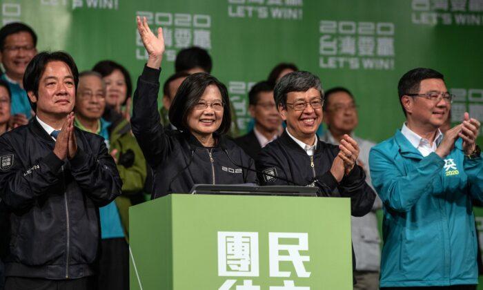 Tsai Ing-Wen (centro) saluda mientras se dirige a los partidarios después de su reelección como Presidente de Taiwán, en Taipei, Taiwán, el 11 de enero de 2020. (Carl Court/Getty Images)