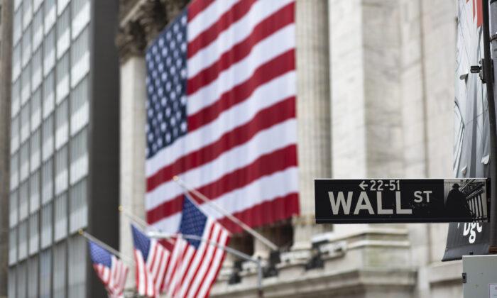 Banderas ondean fuera de la Bolsa de Nueva York. Fotografía tomada el 9 de abril de 2020. (Kena Betancur/Getty Images)