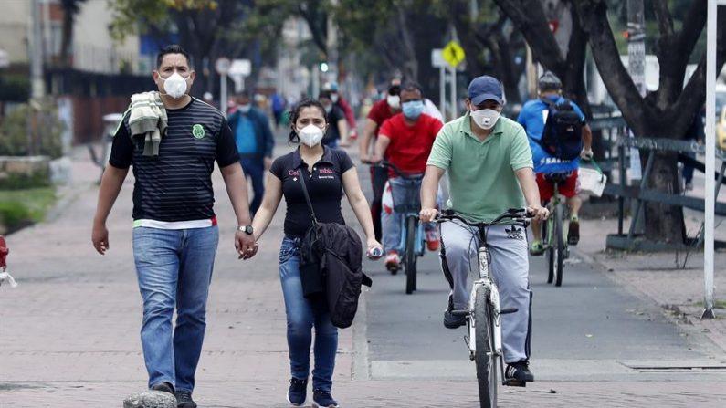 Una pareja camina en una calle en Bogotá (Colombia) en medio de la pandemia de COVID-19. EFE/Mauricio Dueñas Castañeda