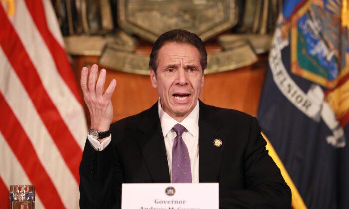 El gobernador de Nueva York, Andrew Cuomo, da una conferencia de prensa sobre la crisis del virus del PCCh en Albany, Nueva York, el 17 de abril de 2020. (Matthew Cavanaugh/Getty Images)