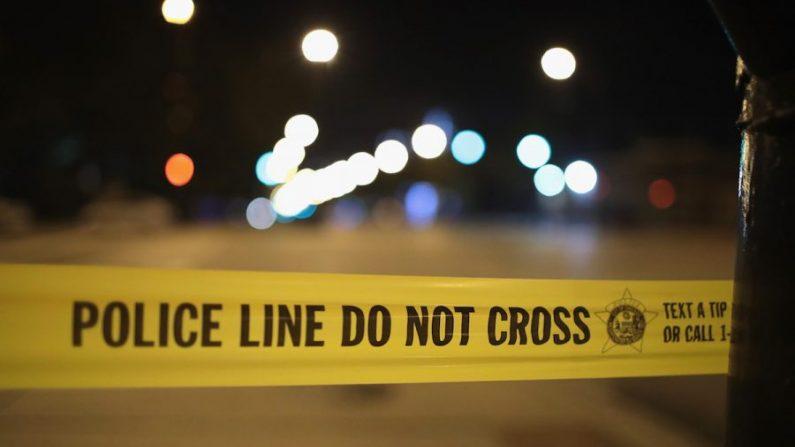 Una foto de archivo que muestra una cinta de la policía por la noche. (Scott Olson/Getty Images)