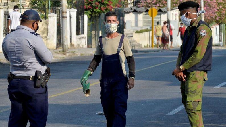 Los agentes de policía refuerzan la seguridad en el barrio de El Carmelo en La Habana, Cuba, el 4 de abril de 2020 después de que las autoridades cubanas anunciaran su aislamiento como medida para contener la propagación del virus del PCCh. (YAMIL LAGE/AFP vía Getty Images)