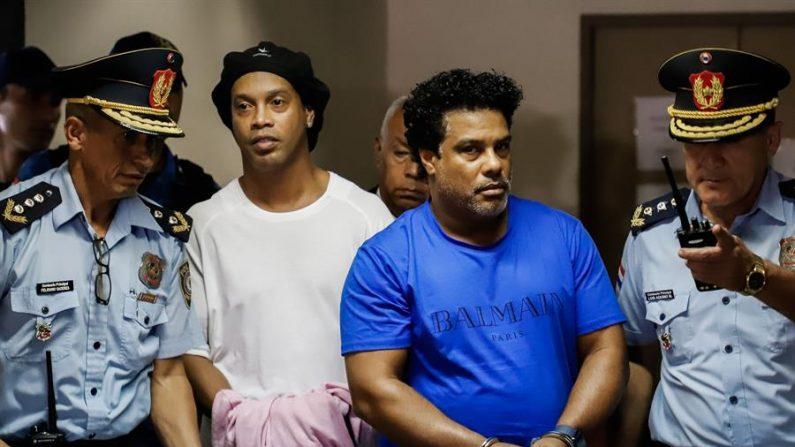 En la imagen, el exinternacional brasileño Ronaldinho Gáucho (2d) y su hermano Roberto (2i). EFE/Nathalia Aguilar/Archivo