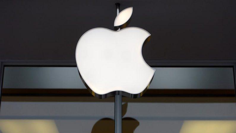 Fotografía de archivo del logotipo de la compañía Apple en una tienda de Apple en Washington, EE.UU. (EFE/Shawn Thew/Archivo)