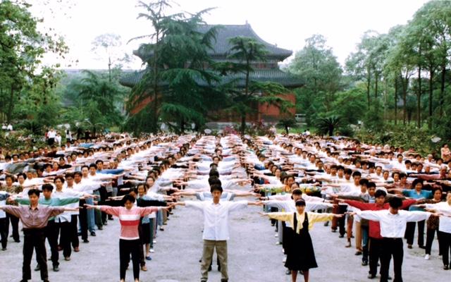 Los practicantes de Falun Dafa se reúnen en un parque de la ciudad de Chengdu, China, para hacer ejercicios matutinos en algún momento de la década de 1990, antes de que comenzara la persecución contra la práctica de meditación. (Faluninfo.net)