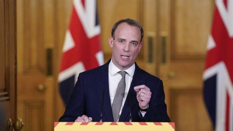 Secretario de Asuntos Exteriores de Gran Bretaña, Dominic Raab, celebrando una conferencia de prensa digital sobre Covid-19, en n10 Downing street, en Londres, Gran Bretaña, el 16 de abril de 2020. (EFE/EPA/ANDREW PARSONS/DOWNING CALLE)
