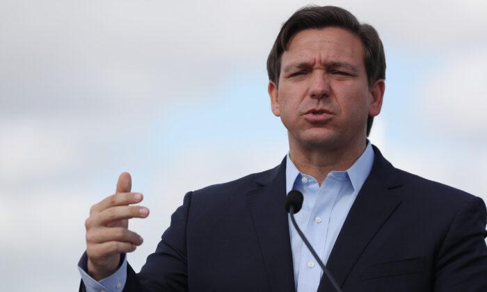 El gobernador de Florida, Ron DeSantis, habla en una conferencia de prensa en Miami Gardens el 30 de marzo de 2020. (Joe Raedle/Getty Images)
