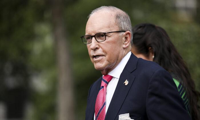El asesor económico de la Casa Blanca, Larry Kudlow, habla con los medios de comunicación fuera de la Casa Blanca en Washington el 26 de septiembre de 2019. (Charlotte Cuthbertson/The Epoch Times)