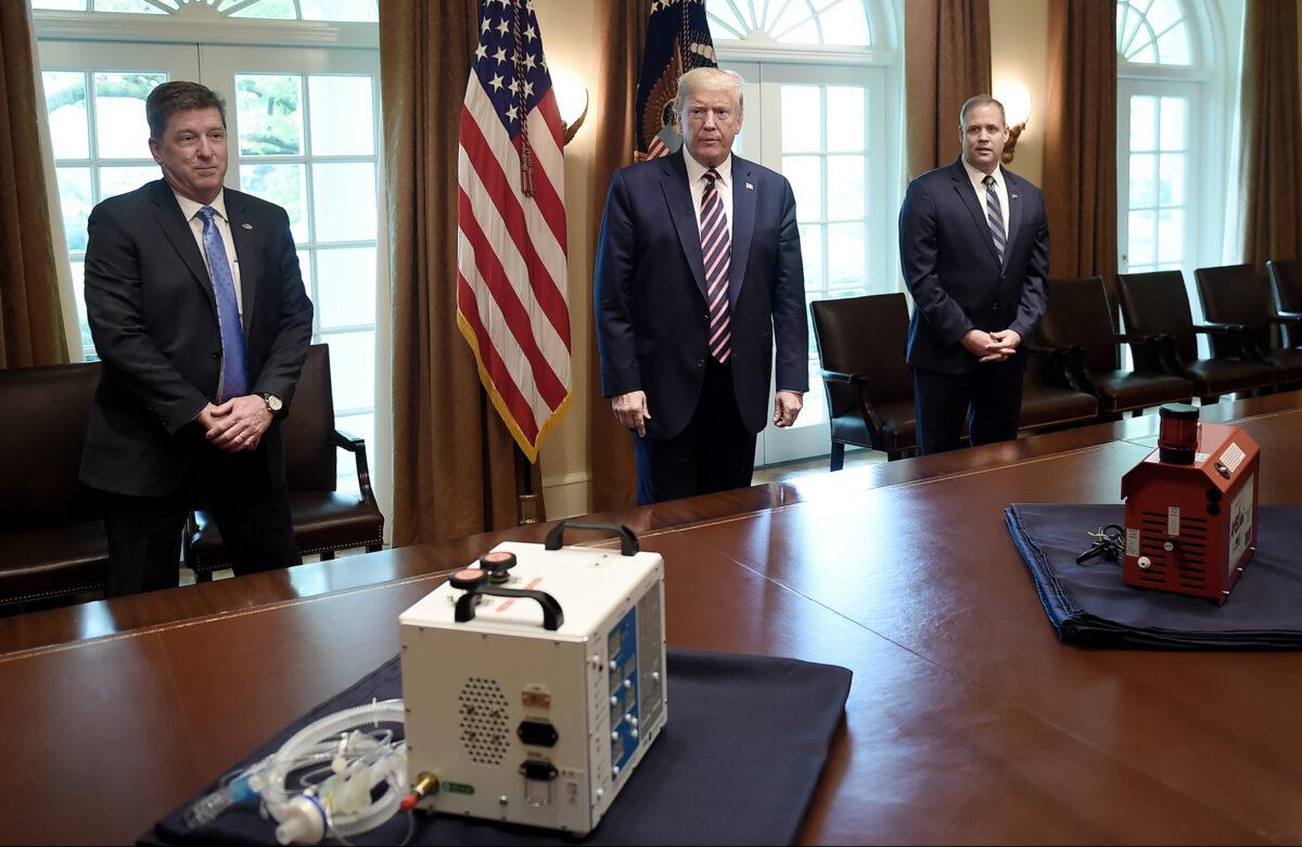 VITAL (Ventilator Intervention Technology Accessible Locally), a la izquierda, desarrollado por los ingenieros del Laboratorio de Propulsión a Chorro de la NASA en el sur de California, y AMBUstat, pequeño dispositivo portátil que descontamina los espacios, en la Casa Blanca el 24 de abril de 2020. (Olivier Douliery/AFP vía Getty Images)