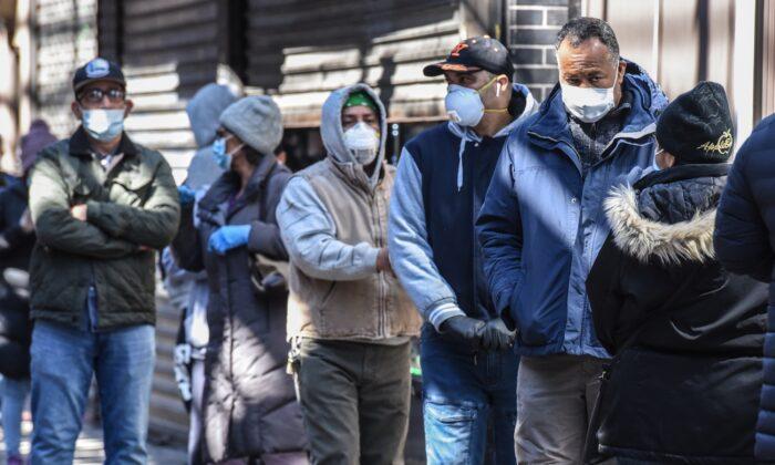 La gente hace cola en la Ciudad de Nueva York el 1 de abril de 2020. (Stephanie Keith/Getty Images)