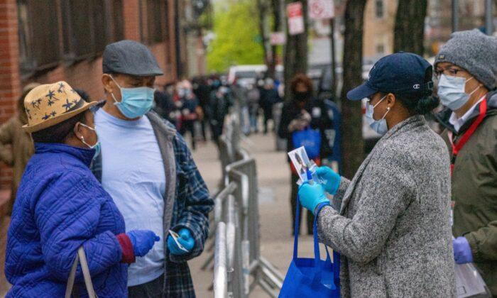 La gente hace cola para la prueba de COVID-19 en NYC Health + Hospitals/Gotham Health, Morrisania en el distrito del Bronx de la ciudad de Nueva York el 20 de abril de 2020. (David Dee Delgado/Getty Images)
