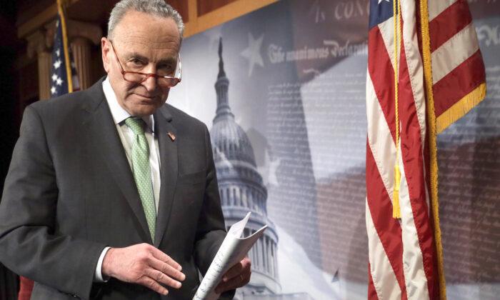 El líder de la minoría del Senado, el senador Chuck Schumer (D-N.Y.) se va después de una conferencia de prensa en el Capitolio de EE.UU. en Washington el 17 de marzo de 2020. (Alex Wong/Getty Images)