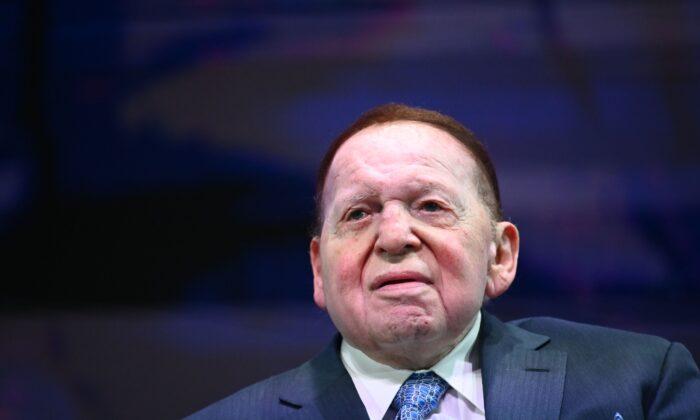 Sheldon Adelson, CEO de Las Vegas Sands, escucha al presidente Donald Trump dirigirse a la Cumbre Nacional del Consejo Israelí-Americano 2019 en el Diplomat Beach Resort de Hollywood, Florida, el 7 de diciembre de 2019. (Mandel Ngan/AFP a través de Getty Images)