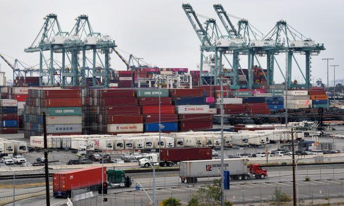 Los contenedores de transporte marítimo de China y Asia se descargan en el puerto de Los Ángeles en Long Beach, California, el 14 de mayo de 2019. (Mark Ralston/AFP/Getty Images)