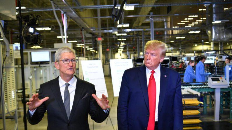 El presidente Donald Trump y el CEO de Apple, Tim Cook, hablan con la prensa durante un recorrido por la fábrica de computadoras Flextronics donde se ensamblan las Mac Pros de Apple en Austin, Texas, el 20 de noviembre de 2019. (Mandel Ngan/AFP vía Getty Images)