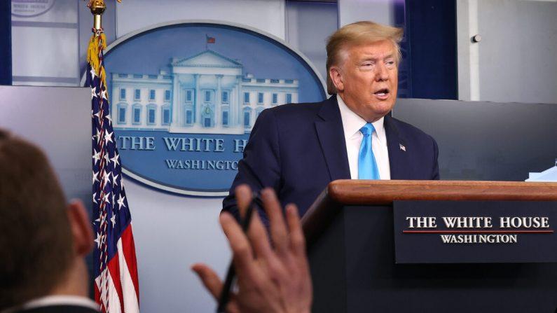 El presidente Donald Trump habla con los periodistas después de una reunión del grupo de trabajo sobre coronavirus en la Sala de prensa de Brady Press en la Casa Blanca en Washington el 7 de abril de 2020. (Chip Somodevilla/Getty Images)