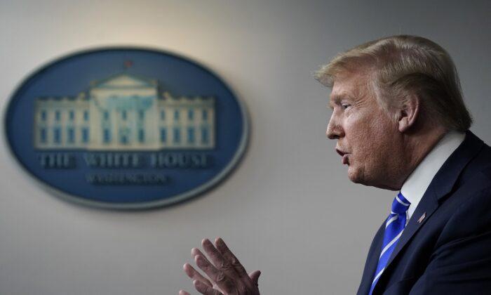 El presidente de Estados Unidos, Donald Trump, habla durante la sesión informativa diaria del grupo de trabajo sobre el coronavirus en la Casa Blanca el 23 de abril de 2020 en Washington, DC. (Drew Angerer/Getty Images)