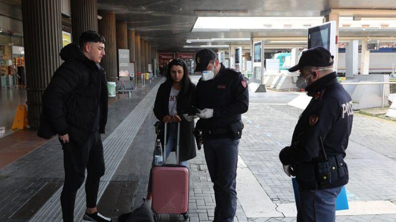 Los policías revisan a los ciudadanos y turistas en la estación de trenes de Venecia Santa Lucía, para asegurarse de que no están violando la cuarentena, antes de que se suban a los trenes para salir de la ciudad el 9 de marzo de 2020 en Venecia, Italia. (Marco Di Lauro/Getty Images)