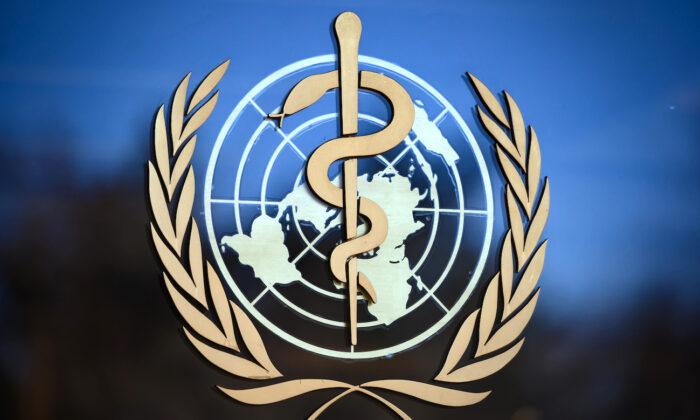 El logotipo de la Organización Mundial de la Salud (OMS) en su sede de Ginebra el 24 de febrero de 2020. (Fabrice Coffrini/AFP a través de Getty Images)