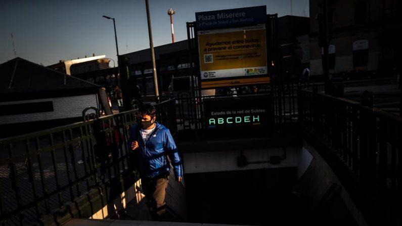 Un usuario sale de la Estación Ferroviaria de Once mientras avanza la extensión de la cuarentena obligatoria debido a la pandemia de covid-19 este martes, en Buenos Aires (Argentina). EFE/Juan Ignacio Roncoroni