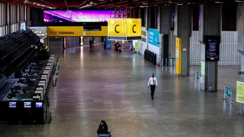 Vista general de una zona de embarque en el aeropuerto internacional de Guarulhos este lunes, en Sao Paulo (Brasil). EFE/Fernando Bizerra