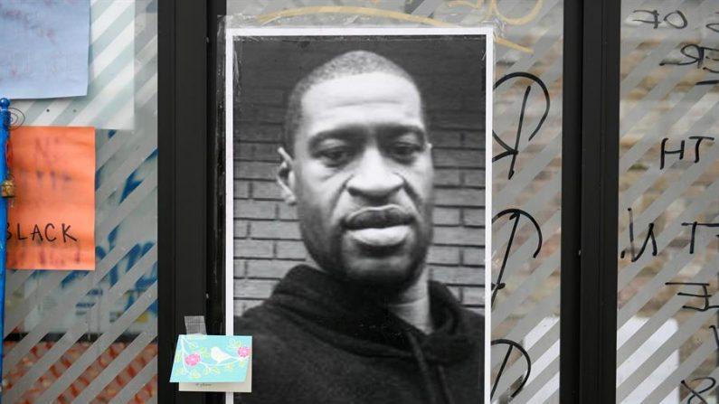 Una imagen de George Floyd, quien murió bajo custodia policial, se exhibe en un memorial improvisado cerca de la zona de su arresto, en Minneapolis, Minnesota, Estados Unidos, el 29 de mayo de 2020. (EFE/EPA/CRAIG LASSIG)