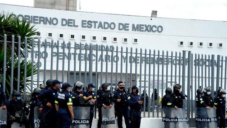 CHALCO (MÉXICO). Fotografía cedida por la Secretaria de Seguridad de Edomex, que muestra a Policías Estatales, vigilando la entrada del Centro Penitenciario de Chalco estado de México (México). EFE/Secretaria de Seguridad de Edomex/