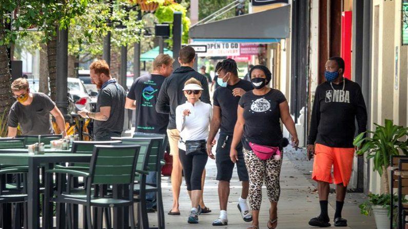 La gente camina junto a los restaurantes reabiertos en el centro de West Palm Beach, Florida, EE.UU., 11 de mayo de 2020. EFE/EPA/CRISTOBAL HERRERA/Archivo
