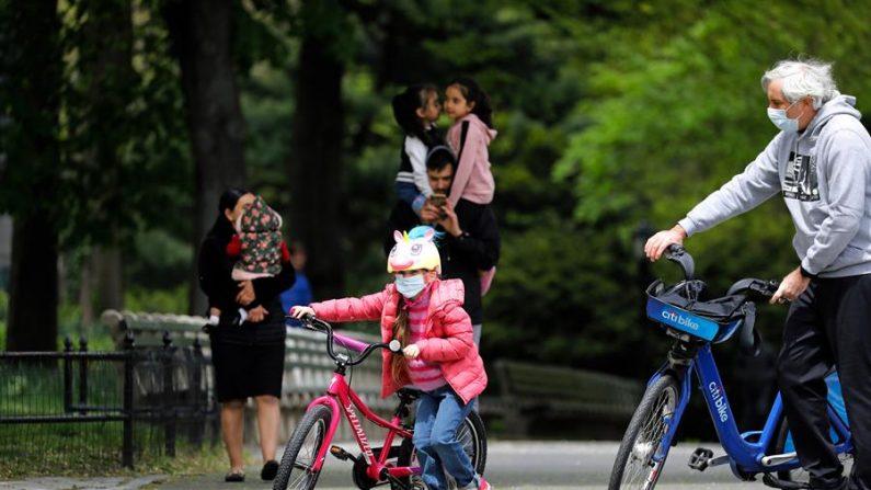 Padres con sus hijos en el Central Park de Nueva York, Nueva York, EE.UU. EFE/EPA/Peter Foley