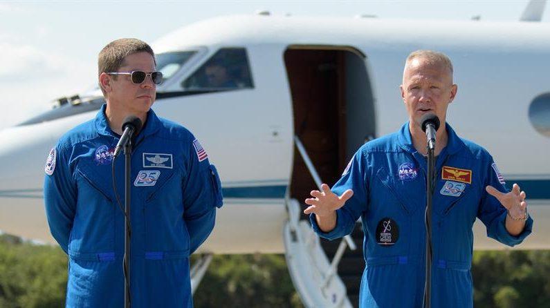 CABO CAÑAVERAL (ESTADOS UNIDOS), 20/05/2020.- Fotografía cedida este miércoles por la NASA donde aparecen los astronautas Bob Behnken (i) y Doug Hurley (d), mientras hablan durante una rueda de prensa tras su llegada a las instalaciones del Centro Espacial Kennedy en Cabo Cañaveral (Florida). EFE/Bill Ingalls/NASA/