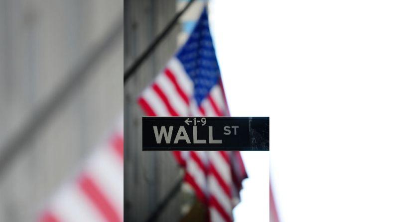 Un letrero indica el nombre de Wall Street en el centro de Manhattan en Nueva York, 14 de enero de 2010. (Foto de EMMANUEL DUNAND/AFP a través de Getty Images)