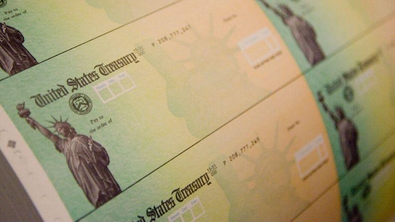 Los cheques de estímulo económico se preparan para su impresión en el Centro Financiero de Filadelfia el 8 de mayo de 2008 en Filadelfia, Pensilvania. (Jeff Fusco/Getty Images)