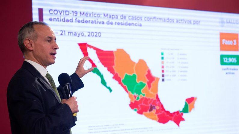 Fotografía cedida por la presidencia de México, del subsecretario de Prevención y Promoción de la Salud de México, Hugo López-Gatell, durante una rueda de prensa este jueves en Palacio Nacional de Ciudad de México (México). EFE/Presidencia de México/